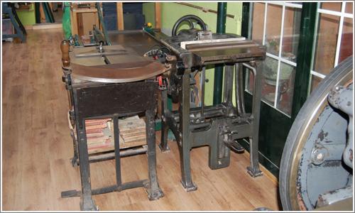 Guillotina angular y prensa vertical.