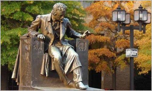 Estatua de Allan Poe en Mount Vernon, Maryland (United States)