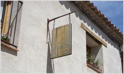 Letrero indicador de la Librería Alcaraván.