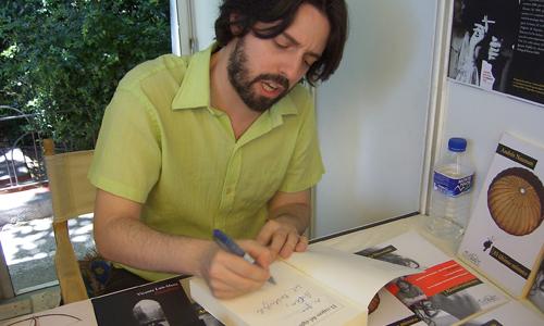 Andrés Newman dedicando a @scen el libro El viajero del siglo9