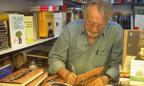 Alberto Vázquez Figueroa dedicándome el libro Saud, el Leopardo