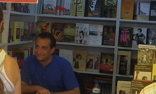 J.J. Santos firmando ejemplares de su libro Abrazos y zancadillas.
