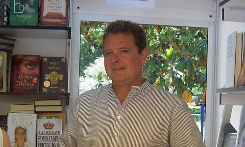 Juan Luis Cano, de Gomaespuma, promocionaba su libro La funeraria.
