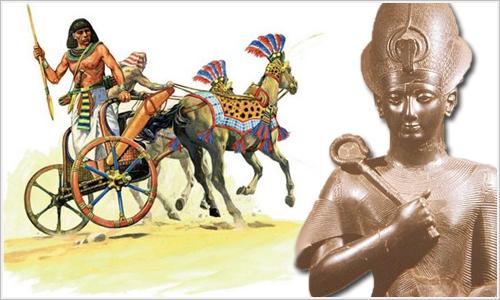 Carro de combate egipcio y estatua de Ramsés III.