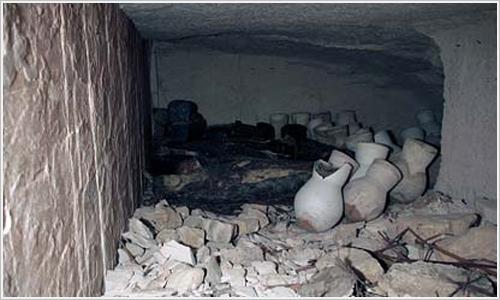 Tumba egipcia profanada en la antigüedad por saqueadores.